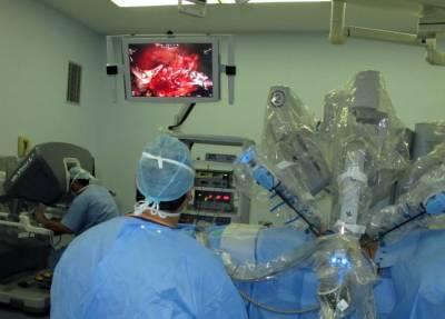 """روبوت"""" يجري عملية جراحية لفتاة سعودية بقوى الأمن بالرياض"""