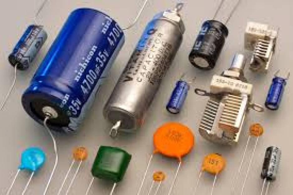 المكثفات Series and Parallel Capacitors